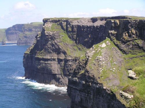 800px-cliffs_of_moher_looking_north